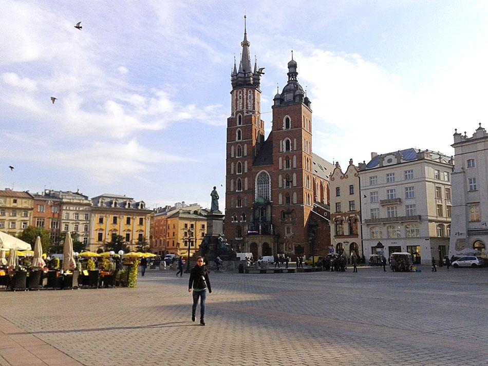 Basilique Mariacki sur la Place du Vieux-Marché à Cracovie en Pologne