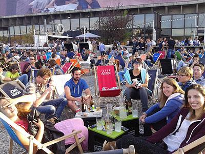Terrasse bondée du bar Forum à Cracovie