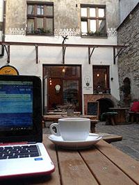 Pause café dans la cour du Zarowka Cafe à Cracovie