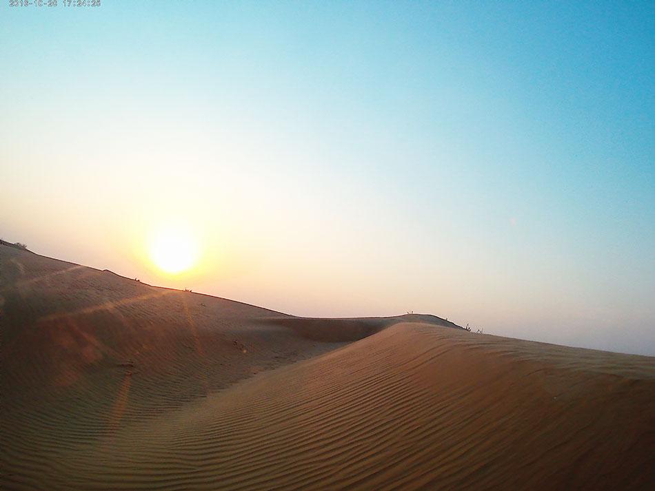 Coucher de soleil sur le désert de Dubaï aux Emirats Arabes Unis