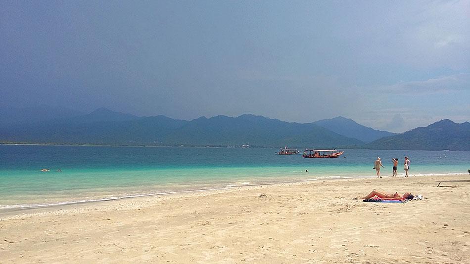 Plage sur l'île de Gili Air en Indonésie, faisant face à Lombok.