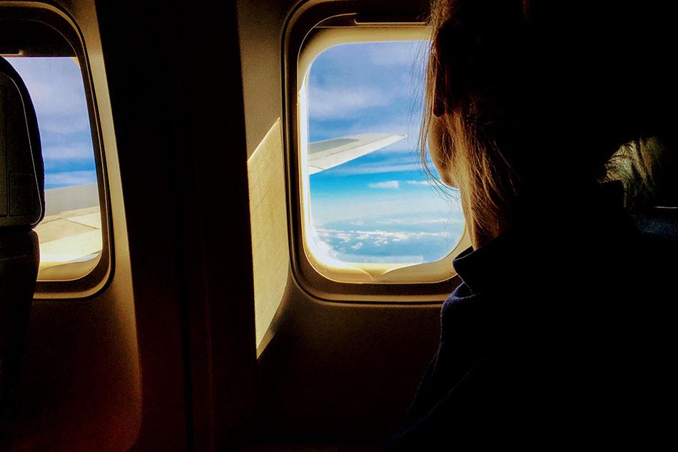 Pour faire passer le temps pendant un long voyage, regarde le paysage.