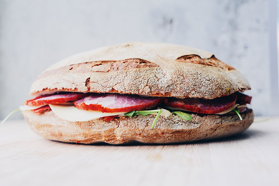 Pour les longs voyages, pense à apporter un sandwich ou de quoi grignoter avec toi.