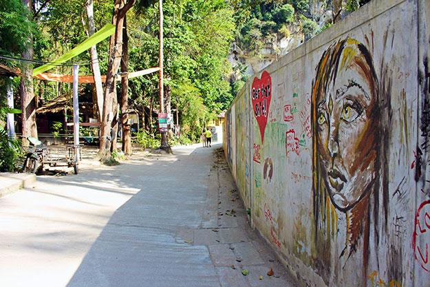 Allée principale de Tonsai dans la région de Krabi en Thaïlande