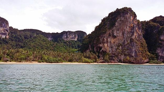 Vue sur la baie de Tonsai dans la région de Krabi