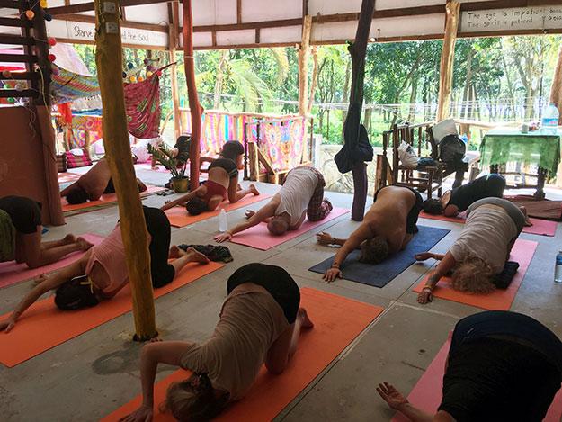 Cours de yoga à Tonsai beach dans la région de Krabi en Thaïlande