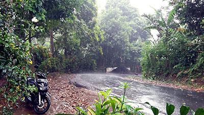 Conduire un scooter sous la pluie à Bali