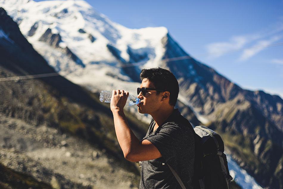 Pour éviter de souffrir du mal des montagnes, mangez et buvez beaucoup d'eau.