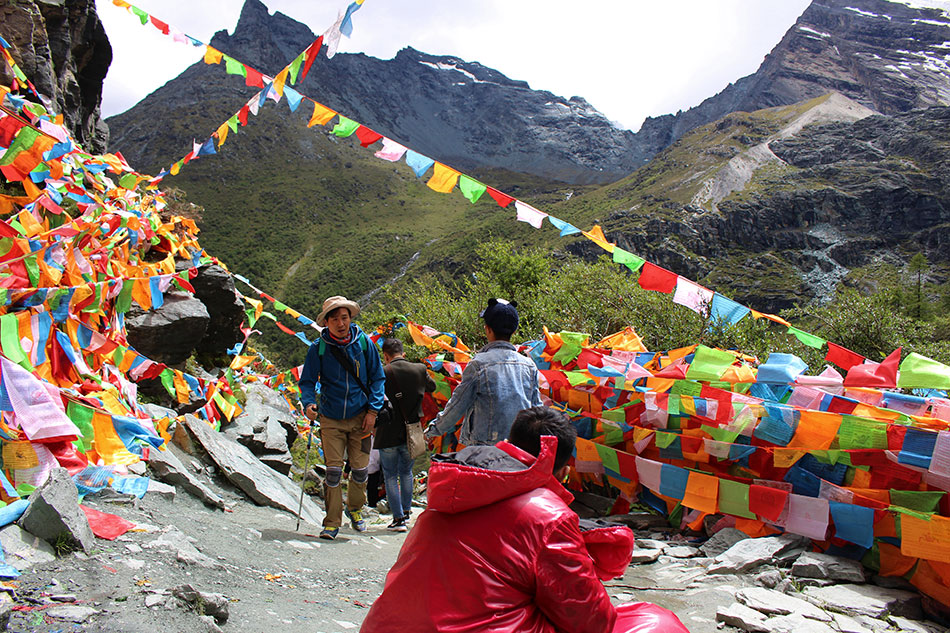 Sentier de randonnée à Yading dans la province du Sichuan en Chine