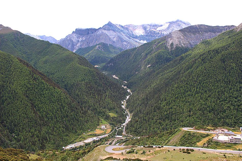Vue sur la vallée de Yading dans la province du Sichuan en Chine