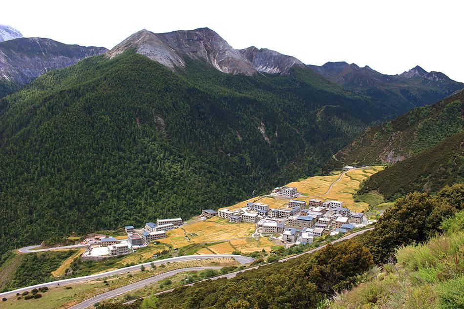 Yading village et son architecture tibétaine dans la province du Sichuan en Chine