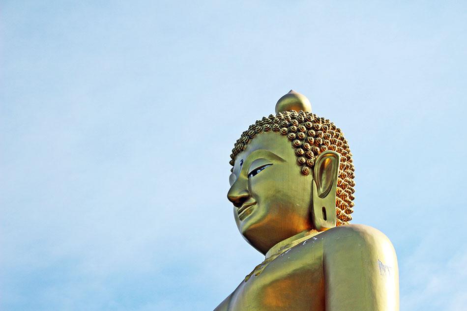 Tout à l'Est de lîle de Koh Kood, vous trouverez un grand Bouddha doré face à la mer.