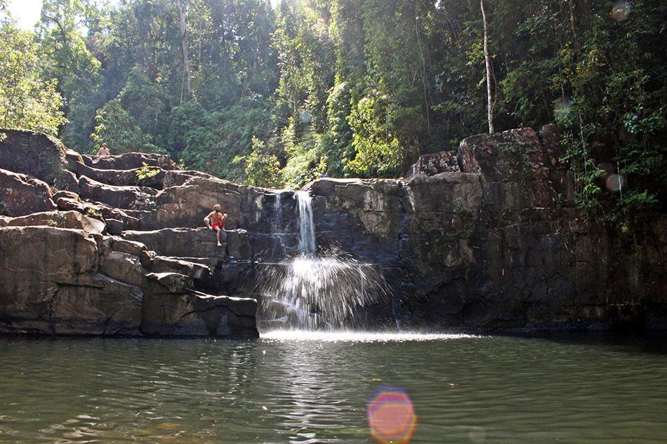 Les chutes d'eau de Klong Yai Kee sont une bonne alternative aux plages lors d'un séjour sur l'île de Koh Kood en Thaïlande.