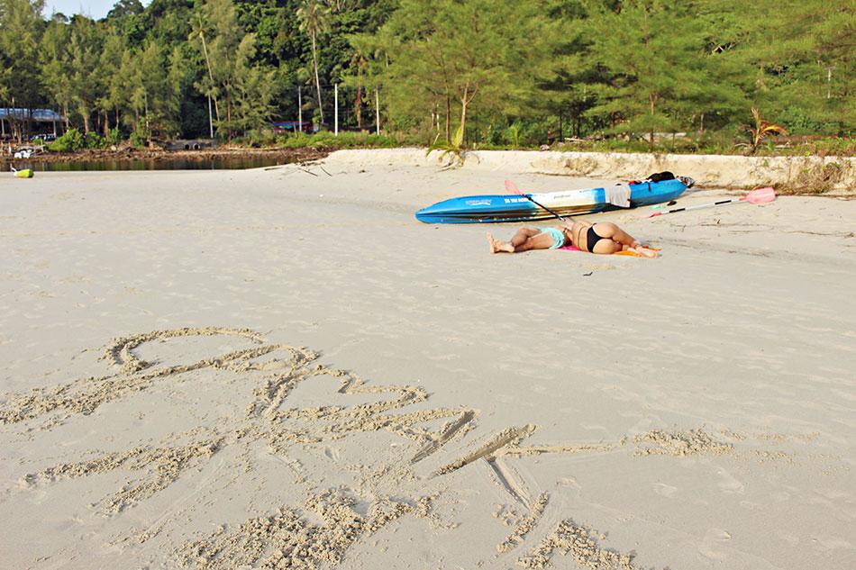 Couple se reposant sur une plage de Koh Kood en Thaïlande