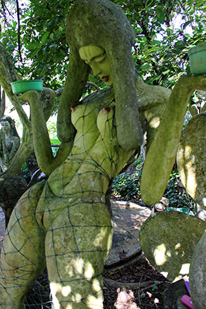 A Koh Mak, les statues de Somchai représentent toujours des femmes nues ou des animaux.