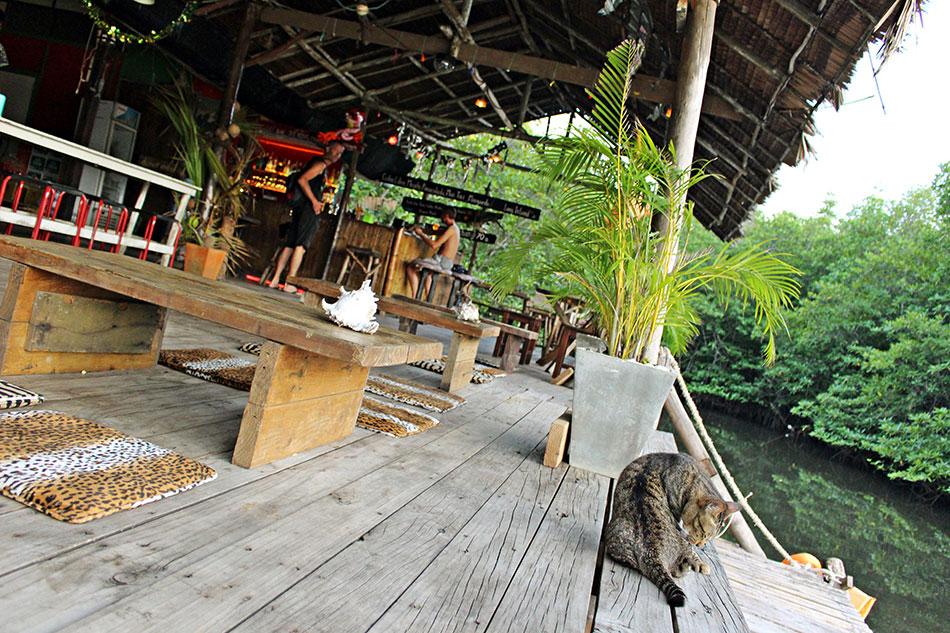 Le Sunset bar à Koh Kood est un lieu convivial pour boire une bière en fin de journée.