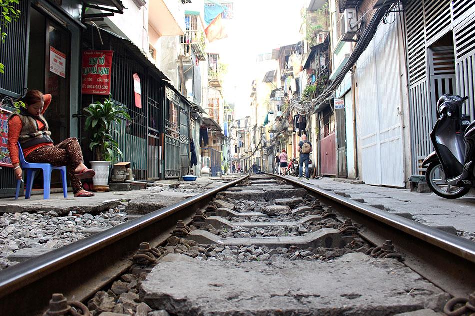 Vous cherchez des idées d'activités originales à faire à Hanoï? Pourquoi ne pas aller boire de l'alcool de riz dans un bar sur les rails du train?