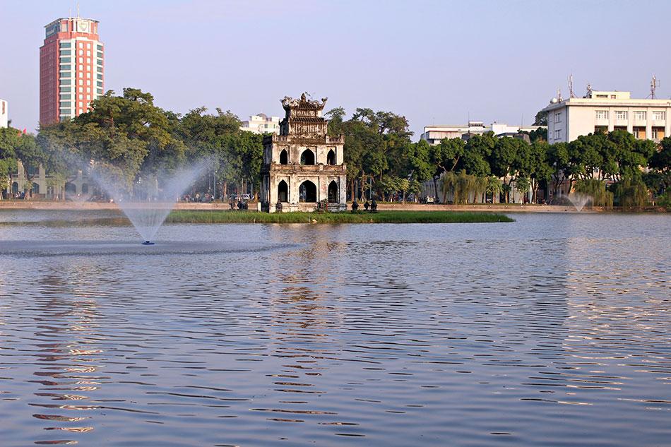 Une visite à ne surtout pas manquer à Hanoï? Le lac de Hoan Kiem et la pagode de Ngoc Son.