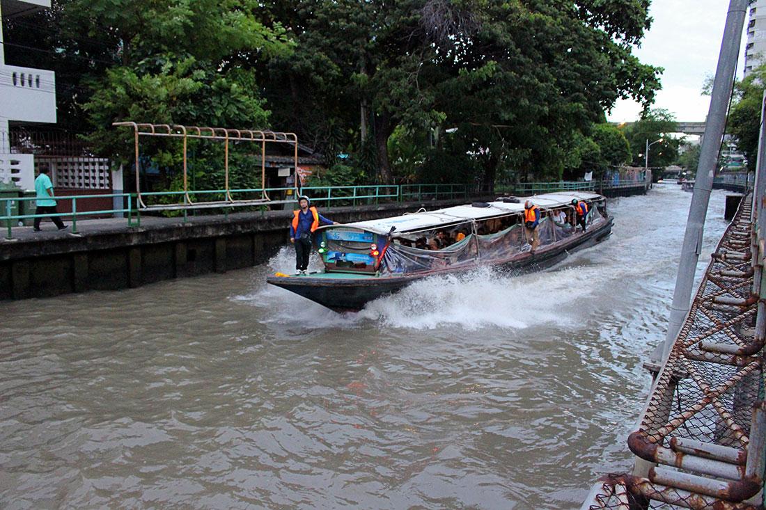 Que faire à Bangkok? Promenez-vous sur les canaux à bord d'un petit bateau en bois.