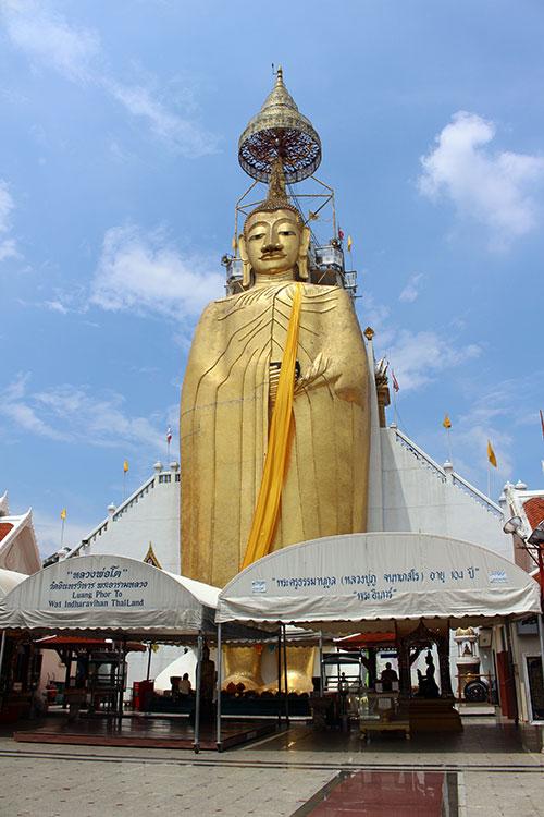 Que faire à Bangkok? Visiter Wat Intharawihan entre autres.