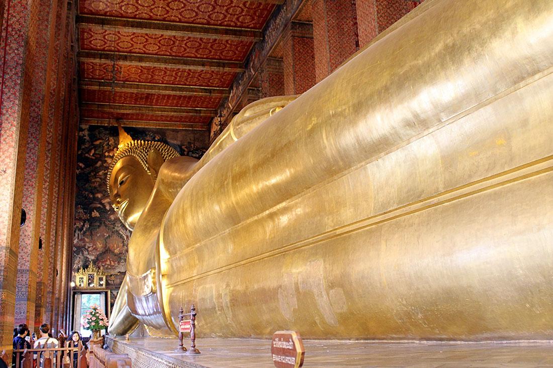 Que faire à Bangkok? Vous pouvez par exemple visiter Wat Pho et son Bouddha couché de 43 mètres de long.