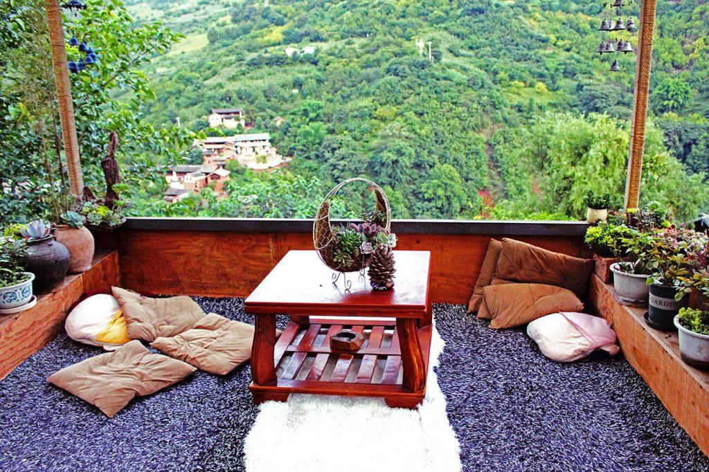 Terrasse avec vue sur le village de Nuodeng (Yunnan)