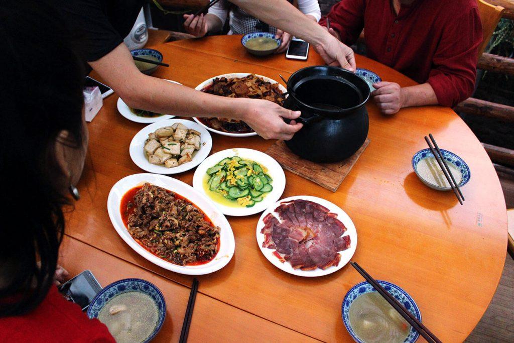 Un bon repas servi à Nuodeng en Chine