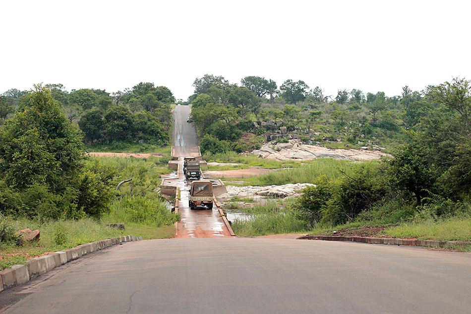Voitures traversant un pont au-dessus d'une rivière dans le parc Kruger en Afrique du Sud